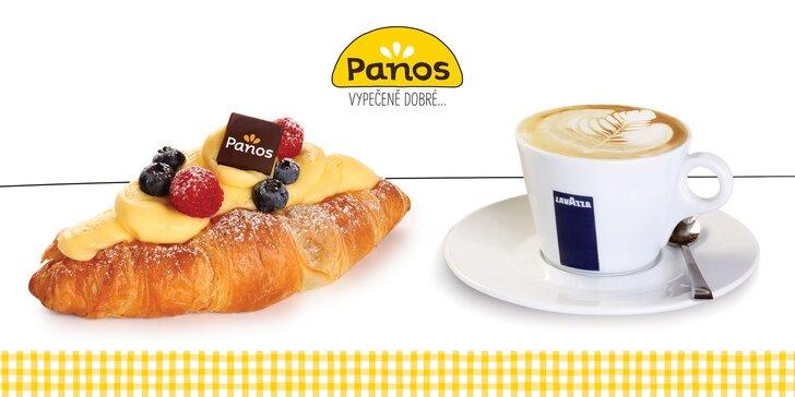 Croissant s ovocnou náplní a pudinkem a šálek kávy