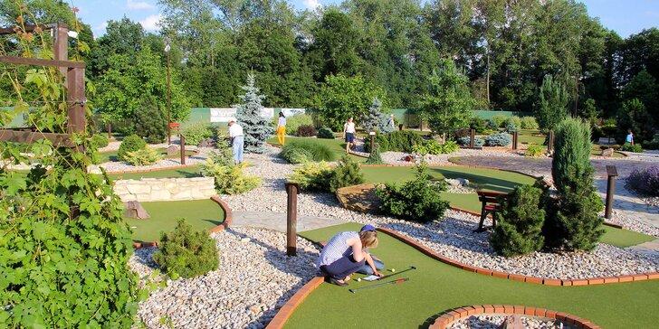 Venkovní Adventure golf: hodinová zábava pro dva dospělé či rodiny s dětmi