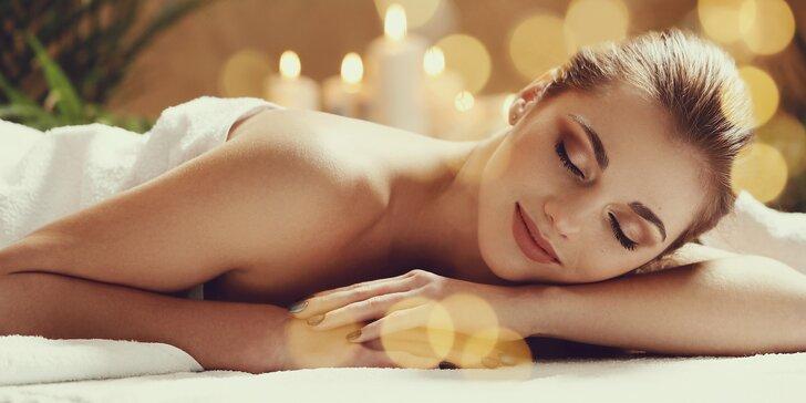 Olejová terapeutická thajská masáž prováděna asijskou masérkou