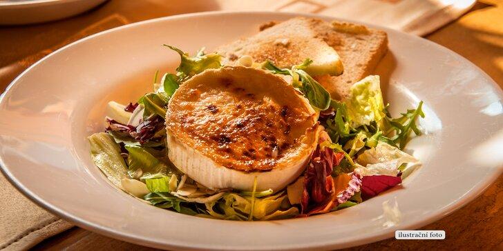 Voňavá klasika: Grilovaný hermelín na salátu, brusinková omáčka a pečený toast