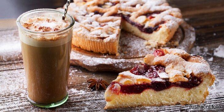Šálek voňavé kávy a domácí ovocný koláč v oblíbené yogoterii