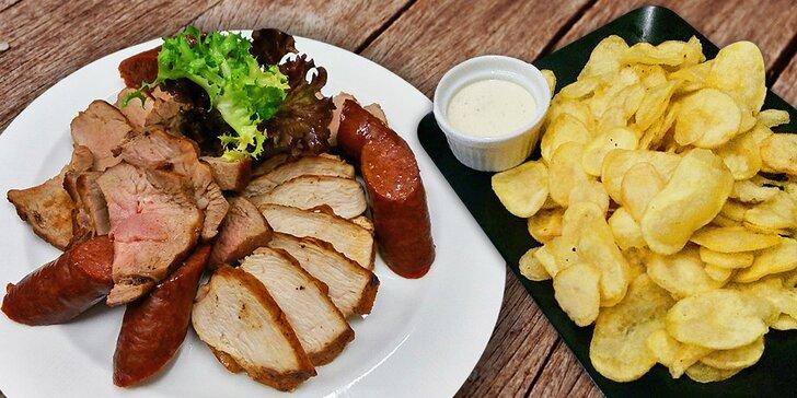 Grilované steaky, panenky, klobásy a bramborové lupínky: 400 nebo 1000 g masa