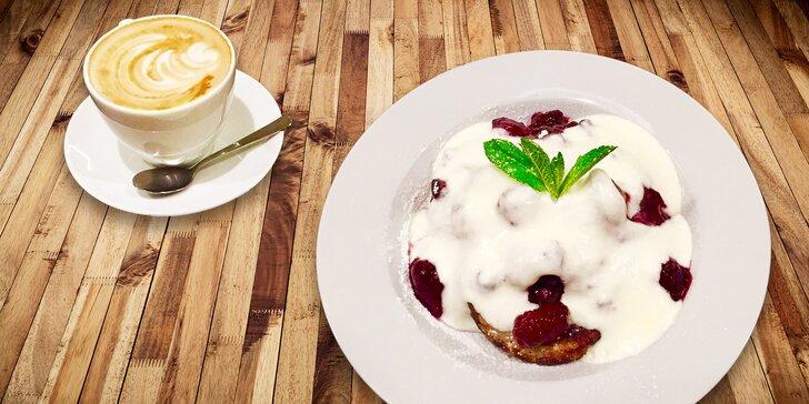 Lívance z ovesných vloček s teplým lesním ovocem a káva pro 1 či 2 bonvivány