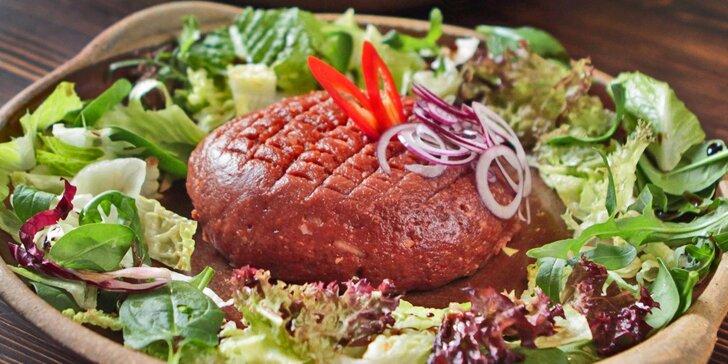 Obří půlkilový tatarák z flank steaku a 20 zlatavých topinek