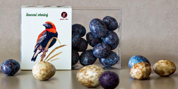 Čokoládová vajíčka s mandlemi v krásných krabičkách s malovanými ptáčky