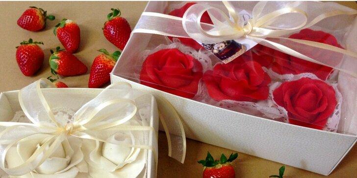 Exkluzivní kolekce marcipánových maxi růží s čerstvými jahodami