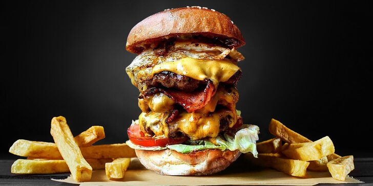 Bulldog Challenge Burger s trojitou porcí hovězího, vajec i sýru + hranolky