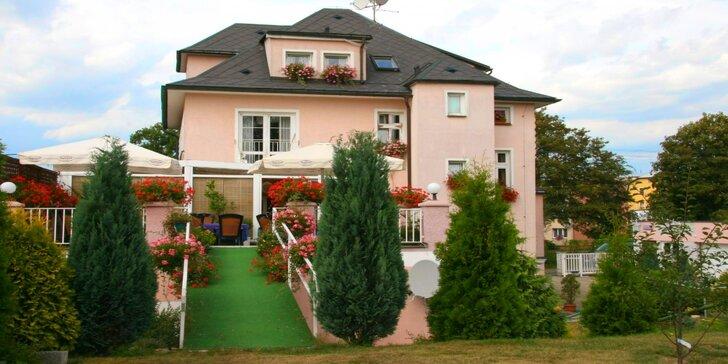 Zážitky ve Varech: výlety, ubytování se zahradou a bazénem, sauna, masáž i víno