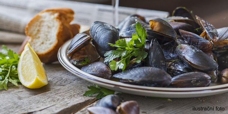 Pozdrav z moře: 600 g slávek na bílem víně pro dva a k tomu domácí pečivo