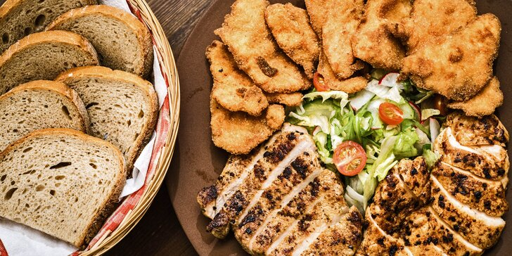 Masový talíř pro více osob: steaky, krkovička, míchaný salát a americké brambory