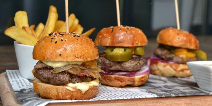 Trojitý zásah: Menu se třemi domácími miniburgery, hranolky a tatarkou
