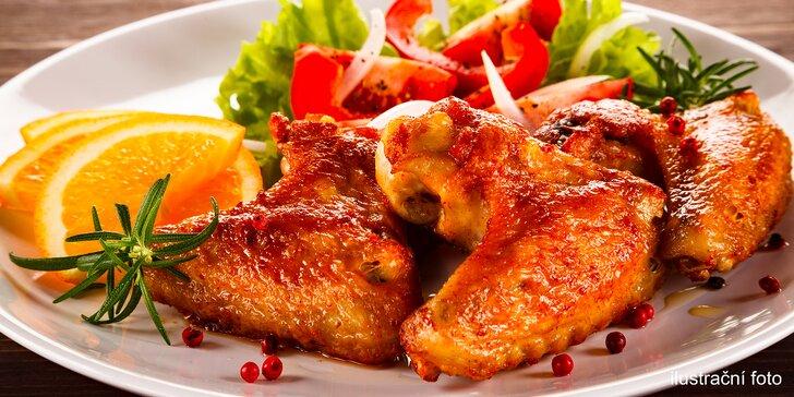 1 kg pečených kuřecích paliček a křidélek i s hranolky a omáčkou