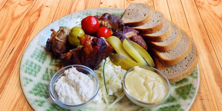 Vykostěné pečené koleno s hořčicí, křenem, salátem a pečivem