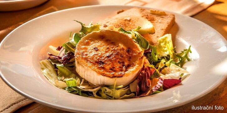 Lahodná klasika: Grilovaný hermelín na salátu, brusinková omáčka a pečený toast