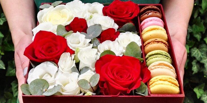 Něžný dárek pro nejbližší: čerstvé květiny a sladké makronky v elegantní krabičce