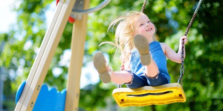 Nechte svá mláďata vyřádit na dřevěném dětském hřišti s obřími trampolínami