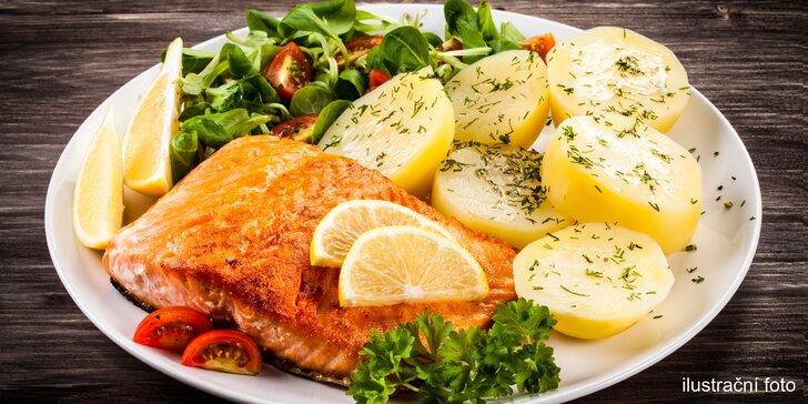 Pochutnejte si na rybě: Steak z lososa na rukolovém lůžku a zmrzlina jako dezert