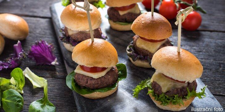 5 mini burgerů s cibulovou marmeládou v domácí žemli