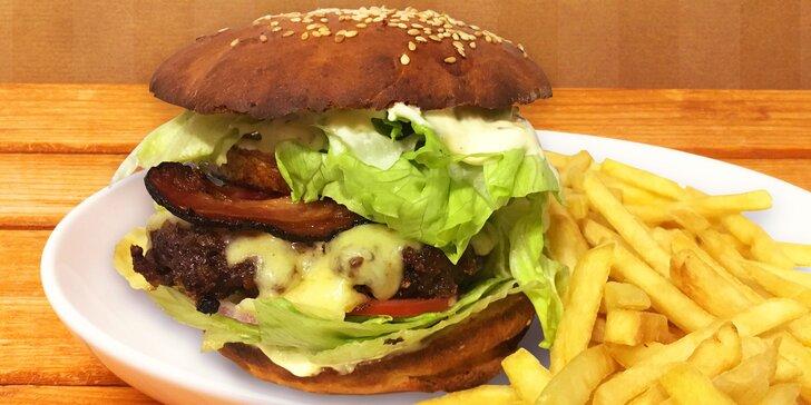 Přeštické hodování: Pořádný hovězí burger v domácí houstičce a hranolky