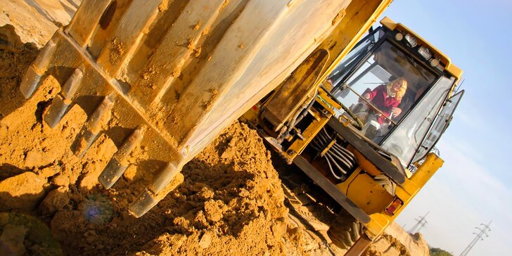 Zahrajte si na bagristu: půlhodinové bagrování na obřím pískovišti