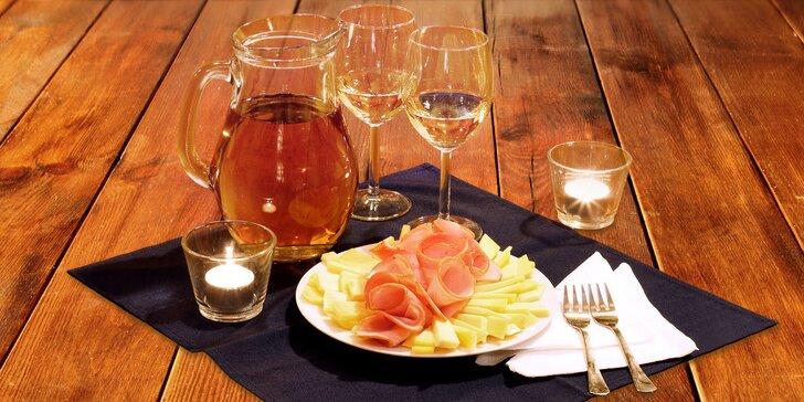 Litr vína z bzeneckého vinařství a talíř plný lahůdek na Karlově náměstí