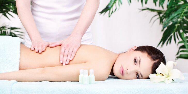 Relaxační masáž zad s vůní modrého irisu včetně zábalu