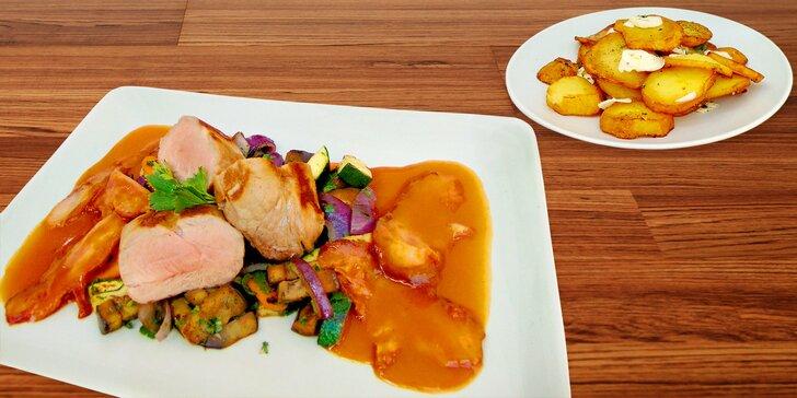 Panenka na slanině, restovaná zelenina a pečené plátky brambor s česnekem