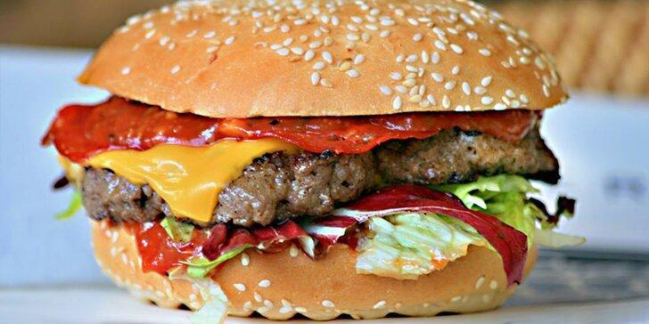 Jeden nebo dva výtečné XXL burgery s hranolky, Coleslawem a nápojem