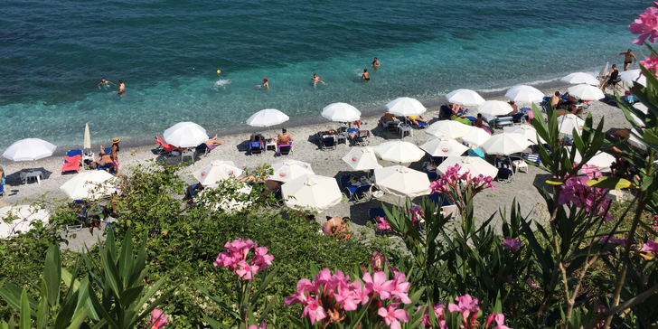 Červen na březích průzračného Egejského moře: letecky s ubytováním v penzionu