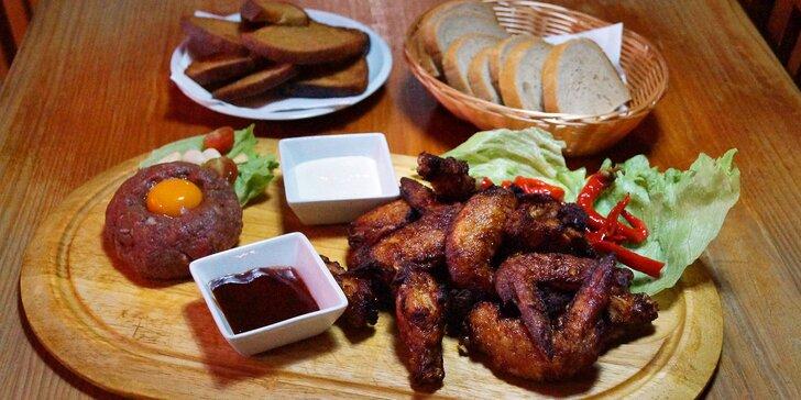Masová hostina pro partu přátel: kilo křídel a hovězí tatarák v centru Liberce