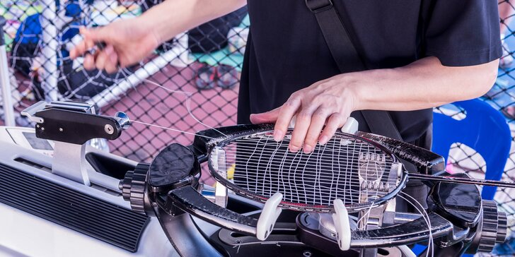 Expresní přepletení rakety na squash, tenis nebo badminton v servisu Oliver