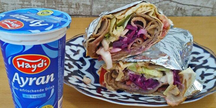 Jídlo, které si můžete dát i v noci: kebab v tortille a nápoj Ayran s sebou