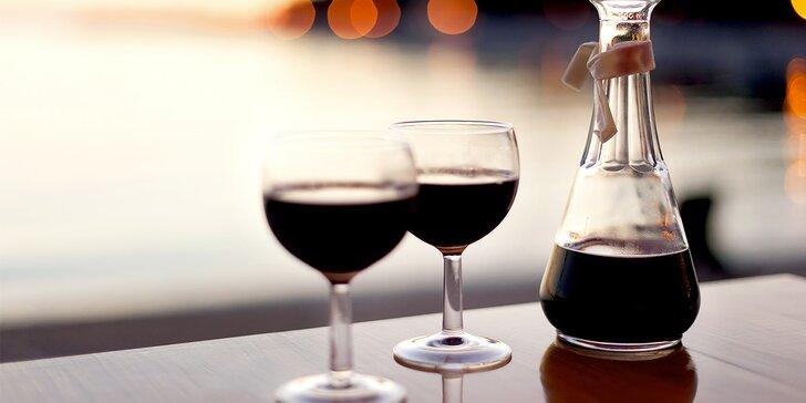 Litrová karafa stáčeného vína v baru nebo s sebou