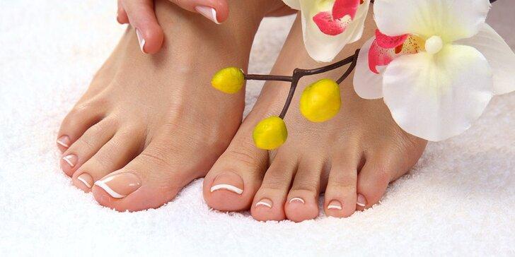 Sametově hladká chodidla díky profi mokré pedikúře včetně lakování