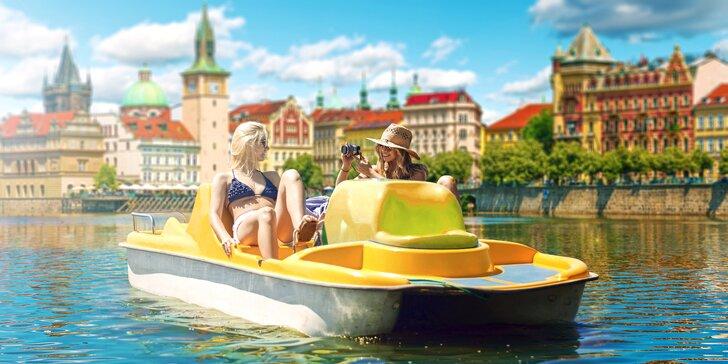 Ve čtyřech na Vltavu: Hodinový pronájem šlapadla z půjčovny u Karlova mostu
