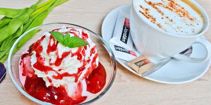 Zmrzlinový pohár v kavárně u náplavky i varianta s nápojem