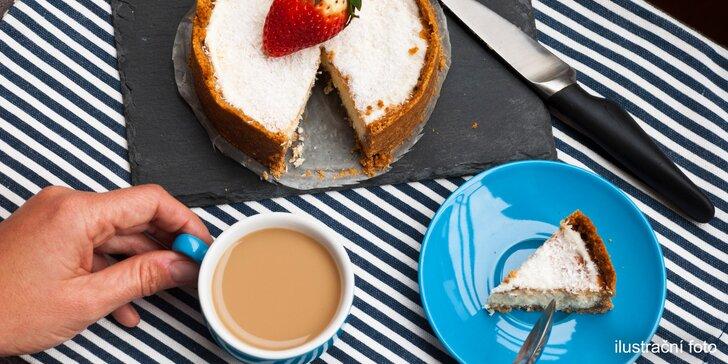 Nápoj a kokosový zákusek v loutkové kavárně pro malé i velké