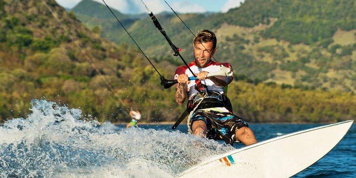 Naberte vítr do plachet: Kurz landkitingu nebo kiteboardingu