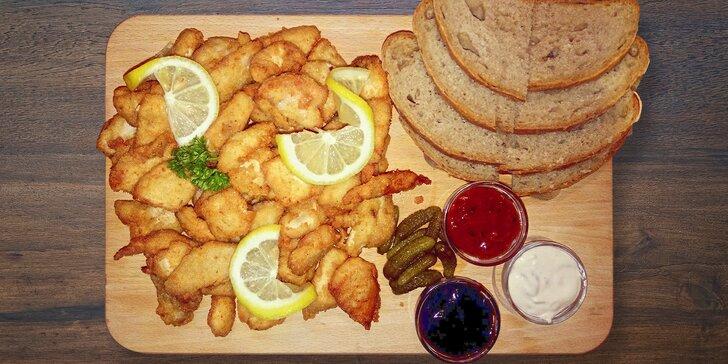1 kg kuřecích i vepřových řízečků s okurkami, chlebem a 3 druhy omáček