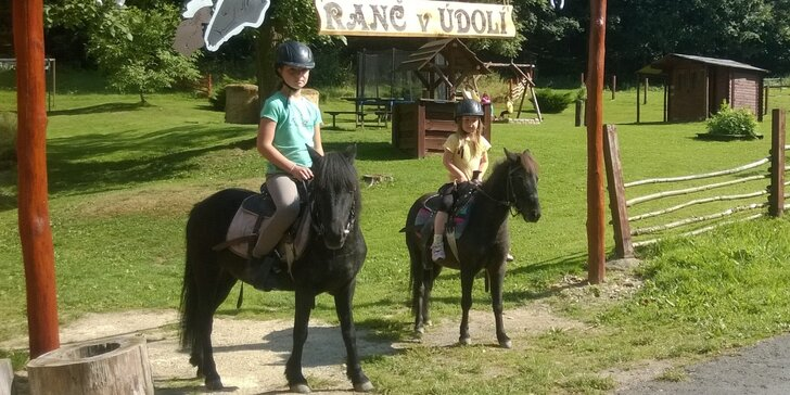 Vydejte se s dětmi za poníky: Péče o koně a hodinová jízda v Kryštofově Údolí