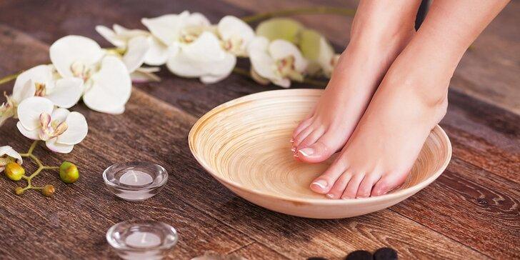 Důkladná mokrá SPA pedikúra včetně masáže nohou a lakování
