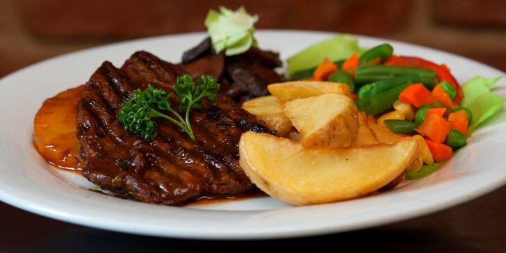 Steaky ve dvou úpravách: kuřecí s cibulkou či vepřový s ananasem a svěží dezert