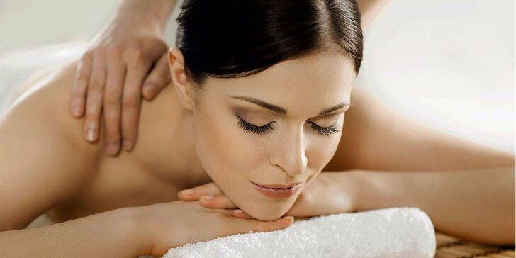 60minutová relaxační celotělová masáž se zábalem láv. kameny