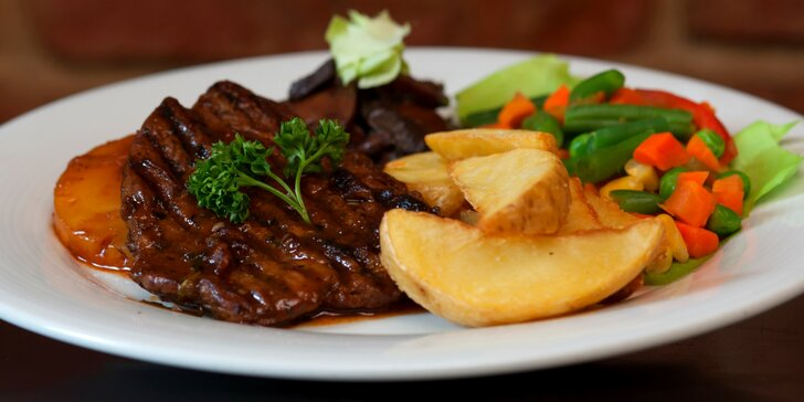 Steaky ve dvou úpravách: kuřecí s cibulkou či vepřový s ananasem a zmrzlina