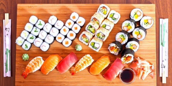 Sushi sety v asijském bistru: menší s 24 kusy a větší s polévkami a 46 kusy