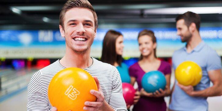 Skoulejte si skvělou zábavu: Hodina bowlingu pro partu a 2 pizzy dle výběru k tomu