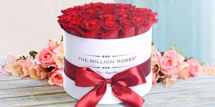 Luxusní pugét rudých růží v kulatém boxu a dámská kosmetika či designová svíčka