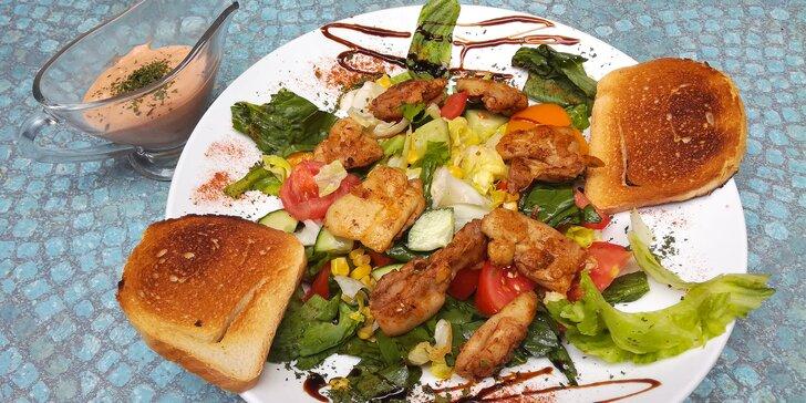 Dva velké saláty s kuřecím masem, domácím dresinkem a toasty