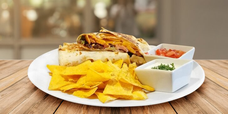 Bohatě plněná tortila s kuřecím či hovězím masem a křupavé nachos s dipem