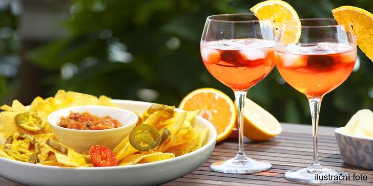 Na zdraví a fajn léto: 2 drinky Aperol Spritz a porce mexických nachos